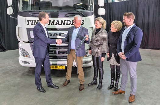 02-Handing-over-key-of-DAF-CF-Electric-by-Jos-Habets-to-Tinie-Manders-Transport